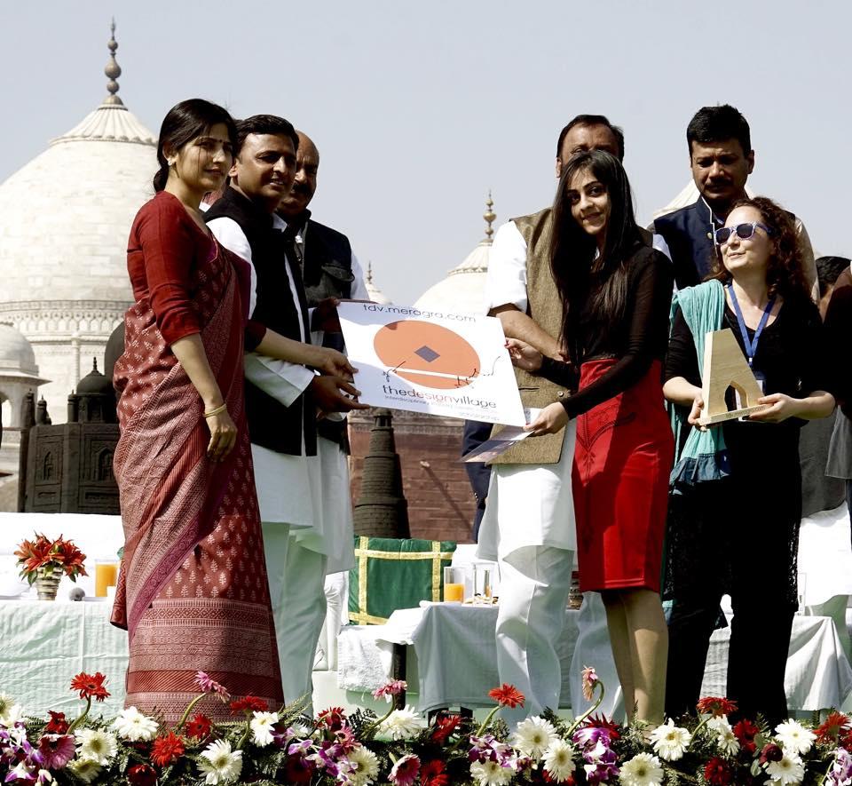 उत्तर प्रदेश के मुख्यमंत्री श्री अखिलेश यादव 14 फरवरी, 2015 को आगरा में 'मेरा आगरा काॅन्टेस्ट' के विजेताओं को पुरस्कृत करते हुए।मुख्यमंत्री श्री अखिलेश यादव और पत्नी सांसद डिंपल यादव