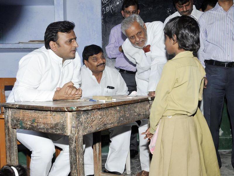 20 अक्टूबर, 2014 को लोहिया ग्राम भसिंडा के एक विद्यालय में उत्तर प्रदेश के मुख्यमंत्री श्री अखिलेश यादव औचक निरीक्षण के दौरान एक छात्र से शिक्षण सम्बन्धी जानकारी प्राप्त करते हुए।