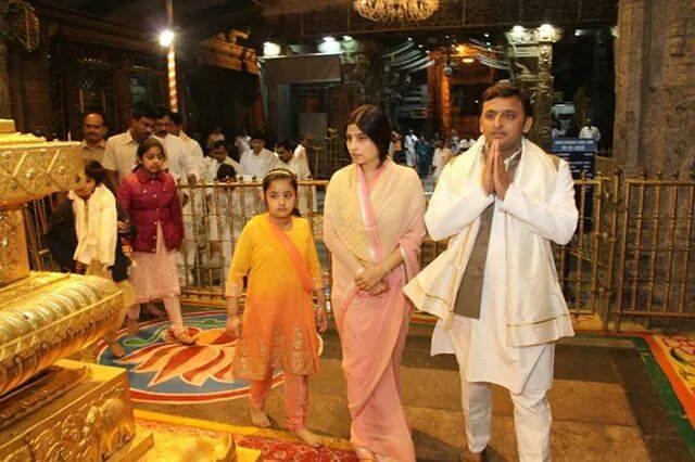मुख्यमंत्री श्री अखिलेश यादव 11 जनवरी, 2015 को तिरूपति बालाजी मंदिर में दर्शन के अवसर पर।