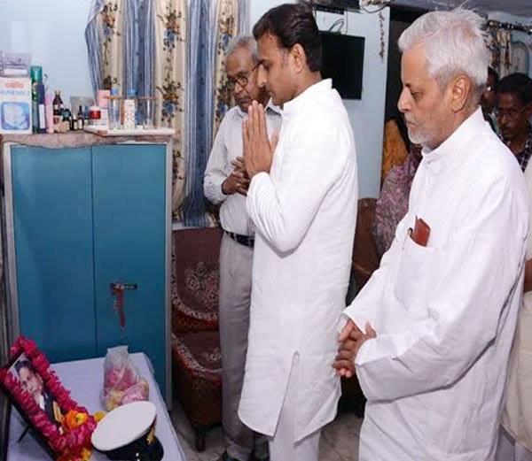 Akhilesh Yadav pays rich tributes to martyr Lieutenant Commander Alok Sahu