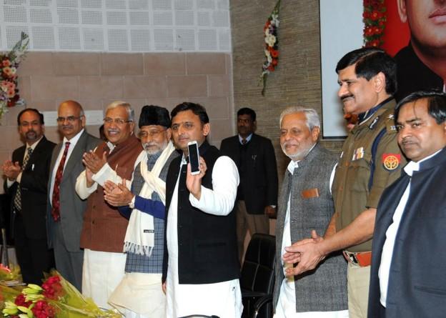 मुख्यमंत्री श्री अखिलेश यादव 24 जनवरी, 2015 को अपने सरकारी आवास पर जनसुरक्षा हेतु उत्तर प्रदेश पुलिस की 'तत्पर' योजना का शुभारम्भ करते हुए।