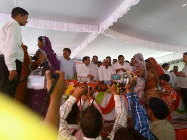 सांसद श्री धर्मेंद्र यादव ने किसानों को मुआवजा के चेक, विकलांगों को बांटी ट्राइसाइकिल