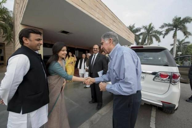 बिज़निसमेंन रतन टाटा जी का अभिवादन करते हुए आदरणीय मुख्यमंत्री अखिलेश यादव जी और आदरणीय डिंपल यादव जी !
