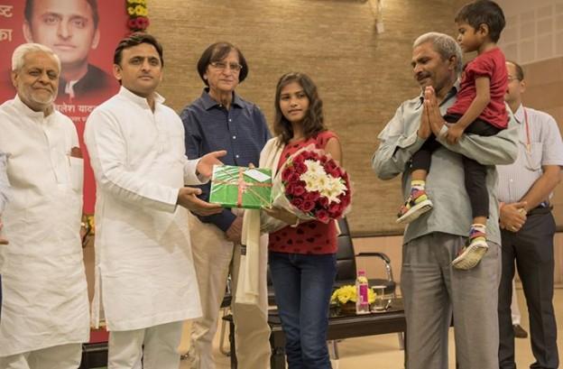 सोशल मीडिया हुई मजबूत, मुख्यमंत्री अखिलेश यादव ने एक दर्जन पीडि़तो को दी सहायता