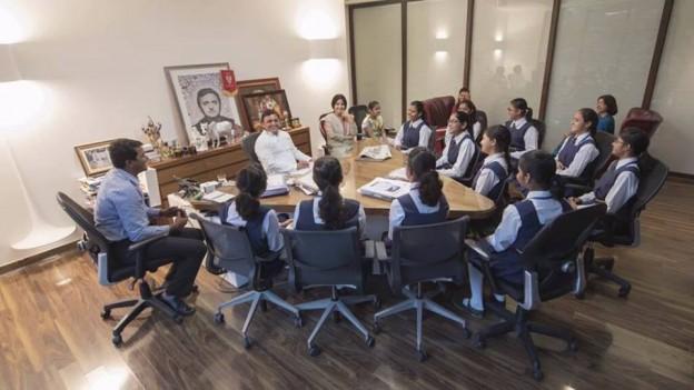 माननीय मुख्यमंत्री अखिलेश यादव जी एवं माननीय सांसद डिंपल जी अपनी पुत्री अदिति एवं उसकी क्लासमेट्स के साथ.