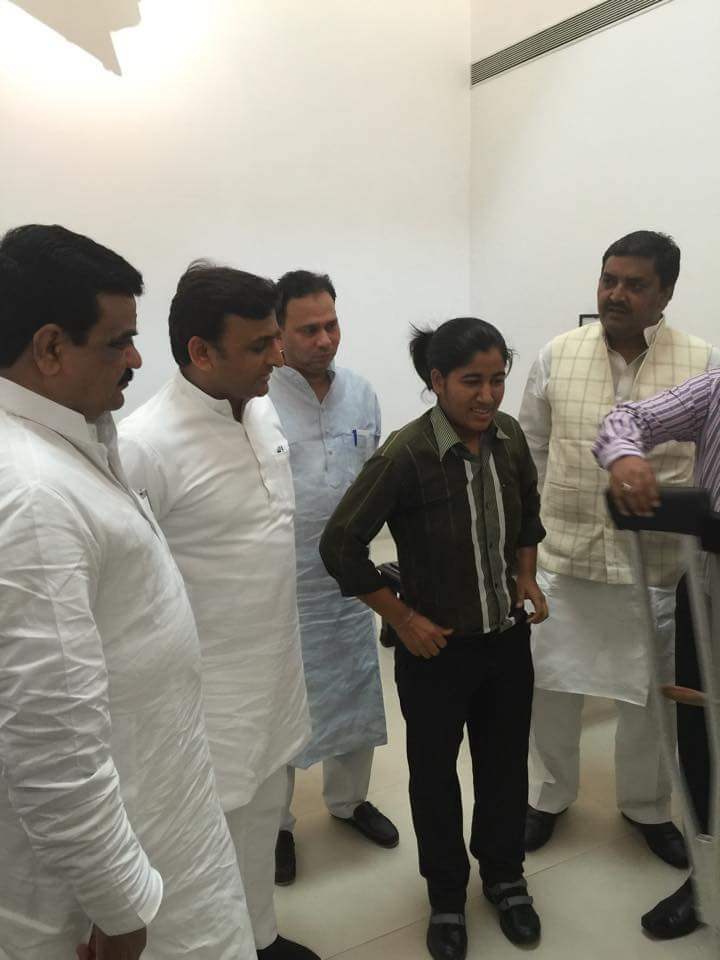 मुख्यमंत्री अखिलेश यादव ने आज ज़िला बिजनोर ग्राम सुहेड़ी की रहने वाली विकलांग लड़की शिवानी चौधरी की दोनों पैर विकलांग पुनर्वास में लगवाया तथा उसे पढ़ाई के लिए एक लाख की आर्थिक सहायता दी