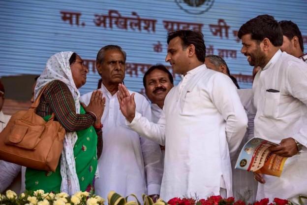 मुख्यमंत्री श्री अखिलेश यादव 6 मई, 2016 को जनपद फिरोजाबाद में जरूरतमन्दों को जनकल्याणकारी योजनाओं से लाभान्वित करते हुए।