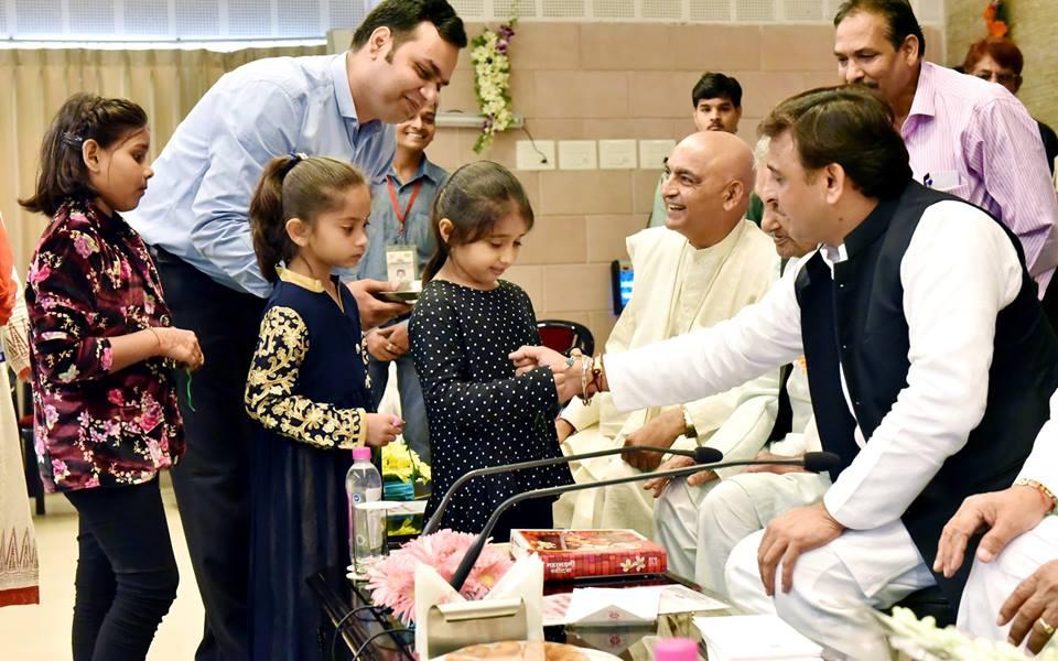 विभिन्न समुदाय की बालिकाओं और महिलाओं ने मुख्यमंत्री श्री अखिलेश यादव को बांधी राखी