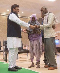 मुख्यमंत्री श्री अखिलेश यादव ने शहीदों के परिवारों को आर्थिक सहायता का चेक प्रदान किया