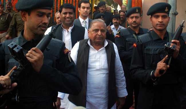 सपा प्रमुख मुलायम सिंह यादव इटावा के सैफई रिम्स में