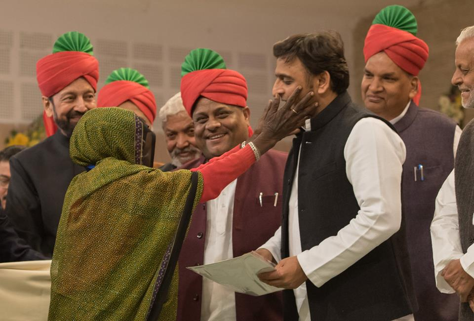 मुख्यमंत्री श्री अखिलेश यादव 23 दिसम्बर, 2015 को 'किसान सम्मान दिवस' के अवसर पर आयोजित कार्यक्रम में एक महिला किसान को सम्मानित करते हुए।