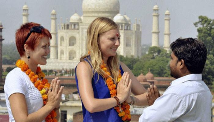 मुख्यमंत्री श्री अखिलेश यादव द्वारा मुख्य सचिव को आगरा एवं वाराणसी में विदेशी पर्यटकों के लिए बैंकों में अलग से काउण्टर स्थापित कराने के निर्देश