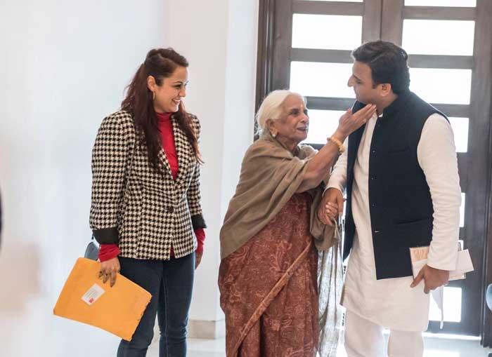 Chief Minister Akhilesh Yadav with vocalist Girija Devi