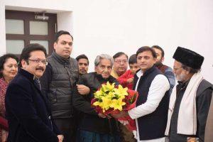 मुख्यमंत्री अखिलेश यादव ने हिंदी कवि गोपालदास सक्सेना 'नीरज' को अपने सरकारी आवास पर सम्मानित किया
