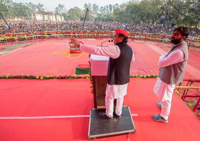 मुख्यमंत्री अखिलेश यादव और कांग्रेस उपाध्यक्ष राहुल गांधी मंगलवार को नौचंदी मैदान में जनसभा के लिए पहुंचे