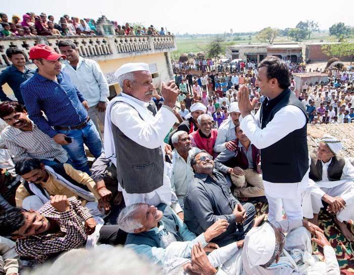 श्री अखिलेश यादव शहीद के परिजनों के संग ...