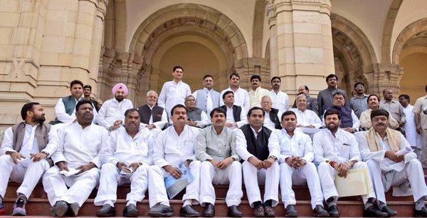 मुख्यमंत्री श्री अखिलेश यादव जी विधान परिषद के नव निर्वाचित सदस्यों के साथ।