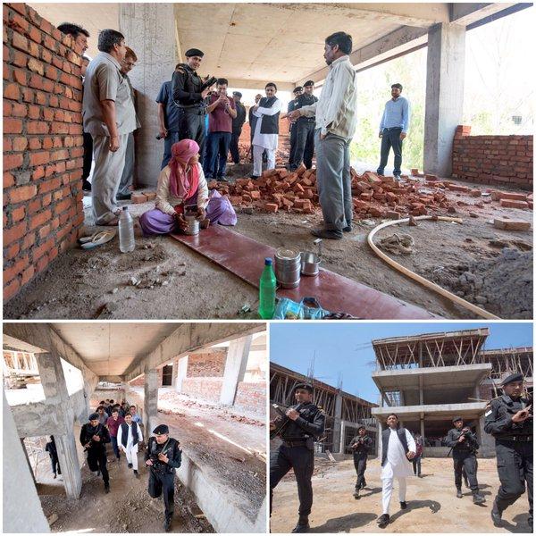 उत्तर प्रदेश के मुख्यमंत्री श्री अखिलेश यादव 29 मार्च, 2016 को सैफई, इटावा में विकास कार्याें का निरीक्षण करते हुए।