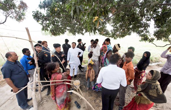 Chief Minister Akhilesh Yadav spontaneously stopped at a village today, to get feedback from villagers who have received Samajwadi Pension
