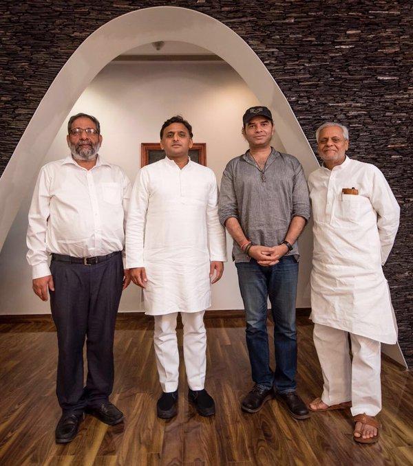 उत्तर प्रदेश के मुख्यमंत्री श्री अखिलेश यादव साथ में मोहित चौहान संगीत निर्देशक