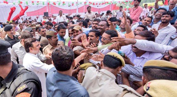 उत्तर प्रदेश के मुख्यमंत्री श्री अखिलेश यादव 01 जून, 2016 को जनपद अम्बेडकरनगर में एक मांगलिक कार्यक्रम के अवसर पर।