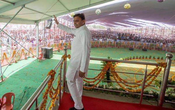 उत्तर प्रदेश के मुख्यमंत्री श्री अखिलेश यादव 25 मई, 2016 को भदोही में विभिन्न विकास कार्यों के शिलान्यास व लोकार्पण कार्यक्रम को सम्बोधित करते हुए।