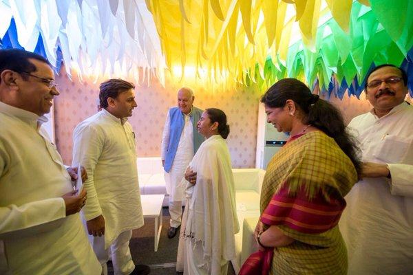मुख्यमंत्री श्री अखिलेश यादव 27 मई, 2016 को कोलकाता में पश्चिम बंगाल की नवनियुक्त मुख्यमंत्री सुश्री ममता बनर्जी के शपथ ग्रहण के अवसर पर।