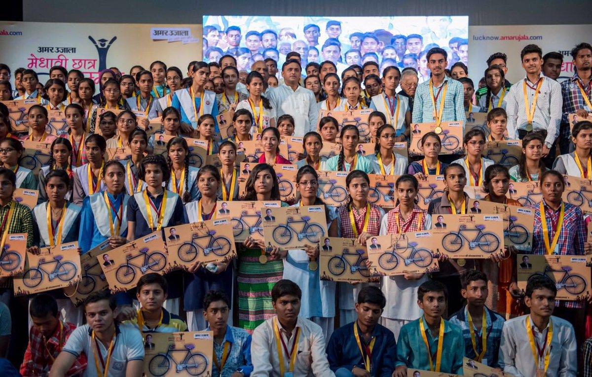 उत्तर प्रदेश के मुख्यमंत्री श्री अखिलेश यादव 14 जून, 2016 को लखनऊ में मेधावी छात्रों को सम्मानित कार्यक्रम के दौरान एक मेधावी छात्रा को साइकिल प्ले कार्ड प्रदान करते हुए।