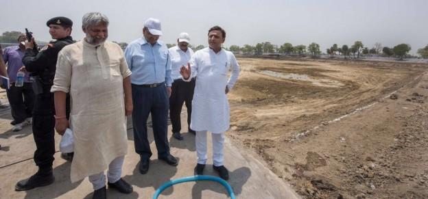 उत्तर प्रदेश के मुख्यमंत्री श्री अखिलेश यादव 4 जून, 2016 को जनपद महोबा के चरखारी भ्रमण के दौरान तालाबों के पुनर्जीवन सम्बन्धित निर्माण कार्यों का निरीक्षण करते हुए।