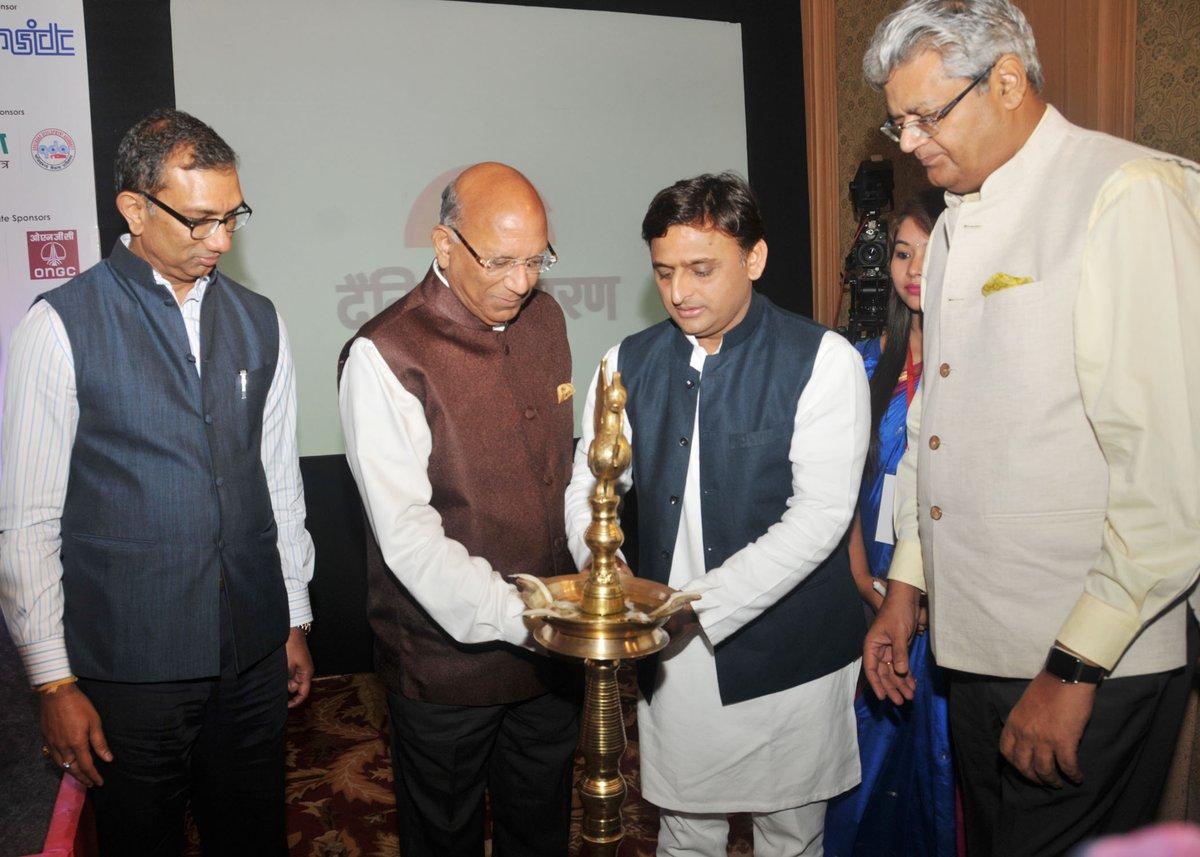 मुख्यमंत्री श्री अखिलेश यादव 27 जून, 2016 को लखनऊ में 'बढ़ेगा प्रदेश तो बनेगा देश' कार्यक्रम का दीप प्रज्ज्वलित कर शुभारम्भ करते हुए।