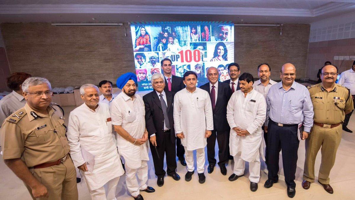 उत्तर प्रदेश के मुख्यमंत्री श्री अखिलेश यादव 23 जून, 2016 को लखनऊ में अपने सरकारी आवास पर आयोजित डायल '100' मीडिया प्रेजेन्टेशन कार्यक्रम को सम्बोधित करते हुए।