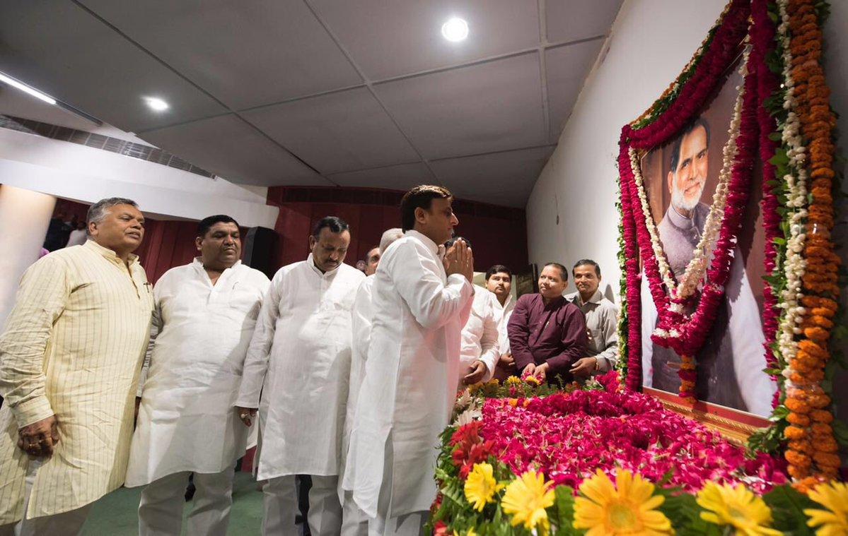पूर्व प्रधानमंत्री चंद्रशेखर की नौवीं पुण्यतिथि पर मुख्यमंत्री अखिलेश यादव ने सपा कार्यालय में श्रद्धांजलि दी।