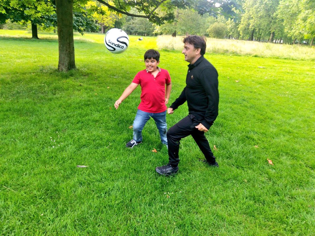 जन्मदिन पर लंदन में बेटे अर्जुन के साथ फुटबाल खेले अखिलेश यादव