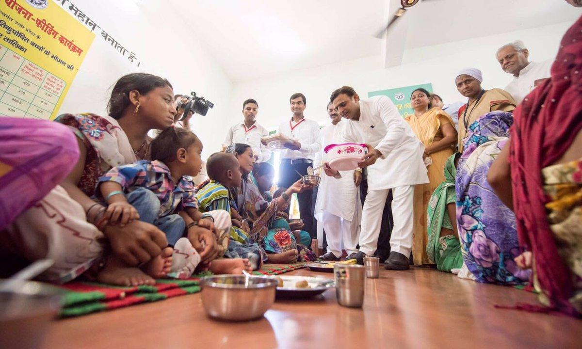 मुख्यमंत्री श्री अखिलेश यादव 15 जुलाई, 2016 को जनपद श्रावस्ती में 'हौसला पोषण योजना' के शुभारम्भ अवसर पर अतिकुपोषित बच्चों को भोजन वितरित करते हुए।