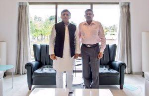 Akhilesh Yadav with Kargil hero Yoginder Singh