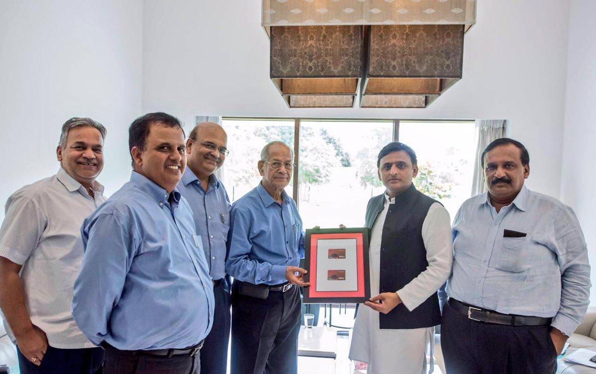 मुख्यमंत्री श्री अखिलेश यादव 29 जुलाई, 2016 को अपने सरकारी आवास पर लखनऊ मेट्रो स्मार्ट कार्ड का विमोचन करते हुए।