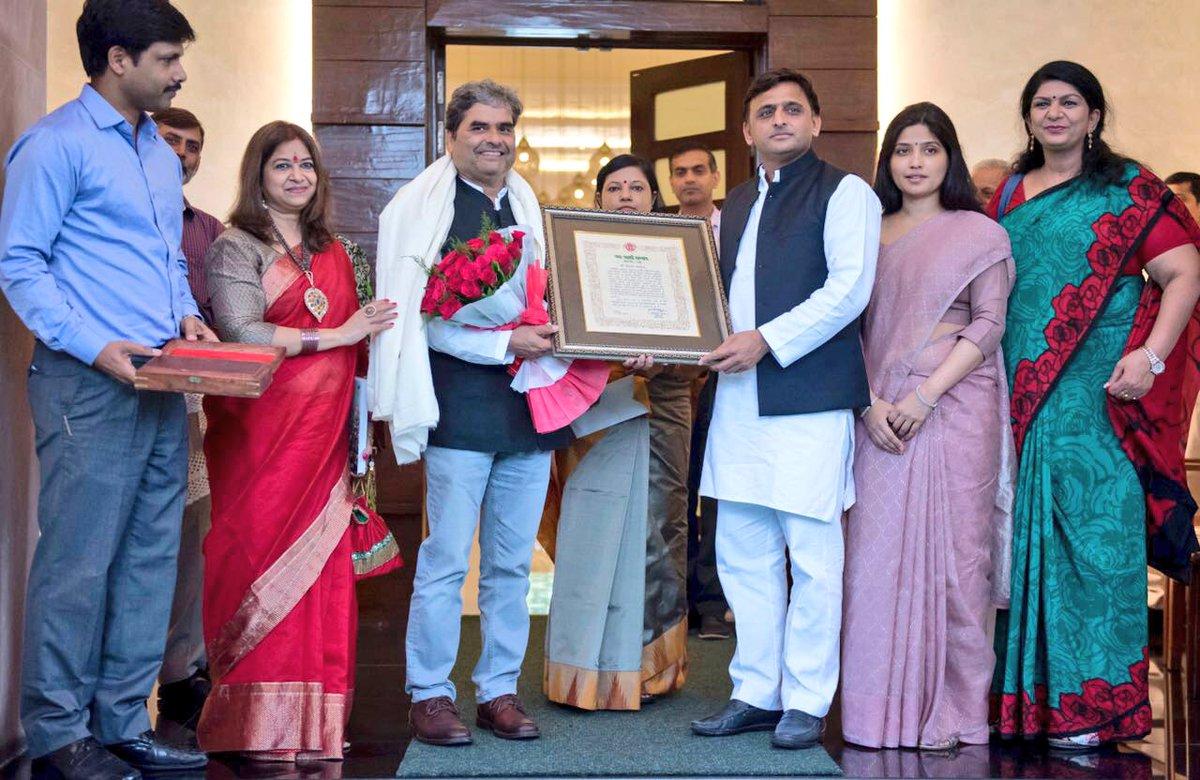 मुख्यमंत्री श्री अखिलेश यादव ने फिल्म निर्देशक श्री विशाल भारद्वाज को यश भारती सम्मान से सम्मानित किया
