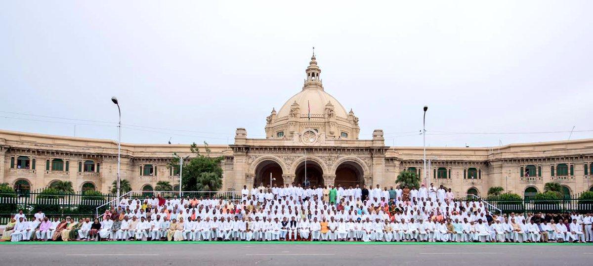 उत्तर प्रदेश विधान सभा अध्यक्ष श्री माता प्रसाद पाण्डेय एवं मुख्यमंत्री श्री अखिलेश यादव 30 अगस्त, 2016 को विधान सभा के सदस्यों के साथ।