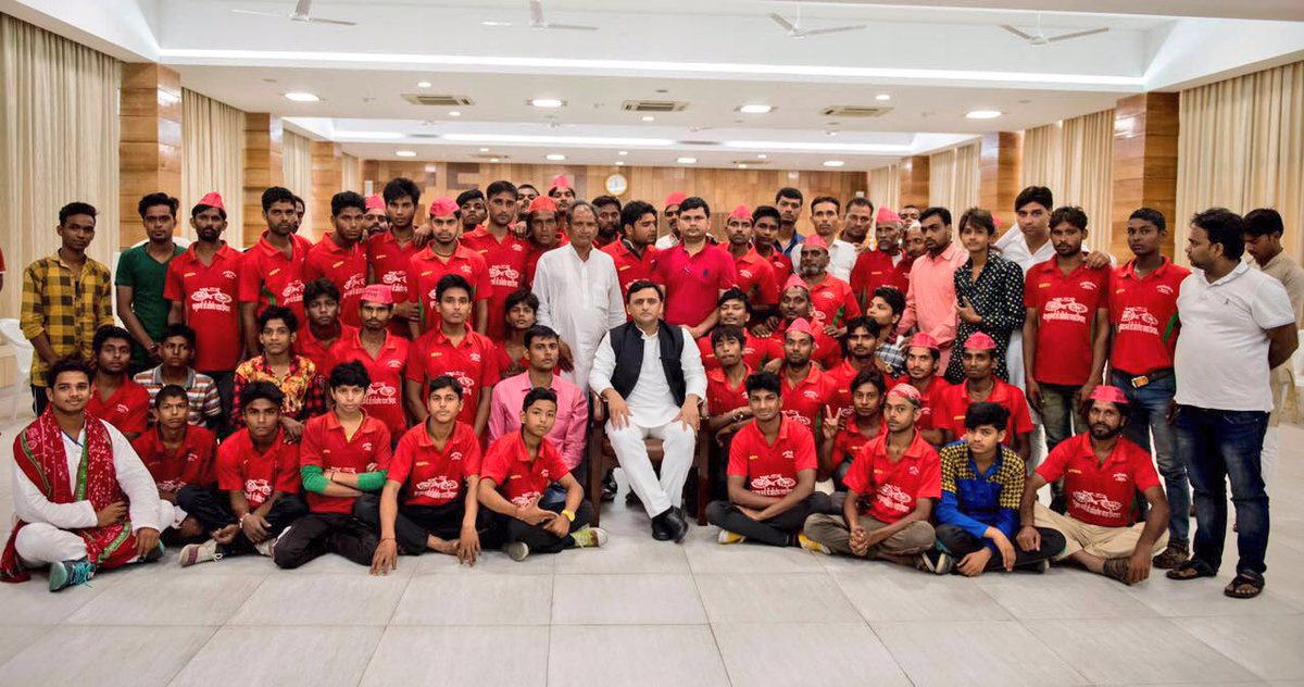 Chief Minister Akhilesh Yadav met Party workers who cycled from Meerut