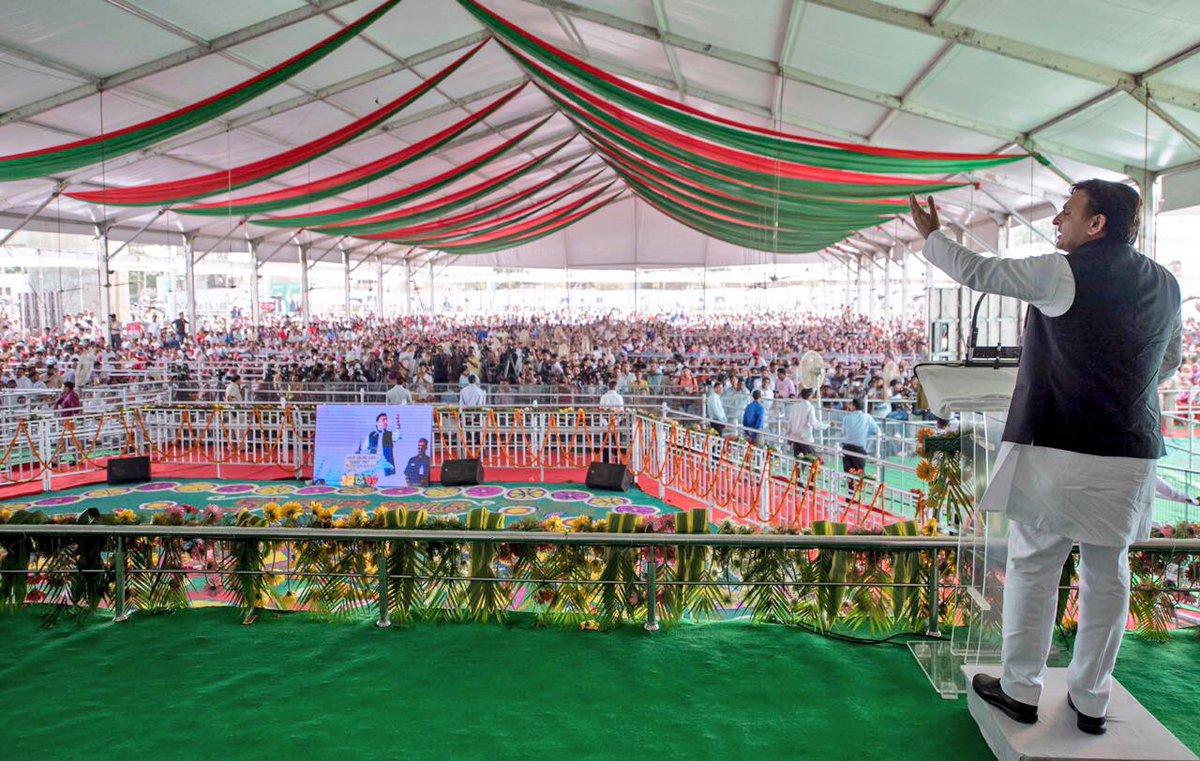उत्तर प्रदेश के मुख्यमंत्री श्री अखिलेश यादव 5 सितम्बर, 2016 को गाजियाबाद में आला हज़रत हज हाउस के उद्घाटन कार्यक्रम को सम्बोधित करते हुए।