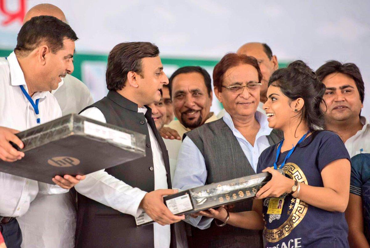 उत्तर प्रदेश के मुख्यमंत्री श्री अखिलेश यादव को 5 सितम्बर, 2016 को गाजियाबाद में आला हज़रत हज हाउस के उद्घाटन अवसर पर।