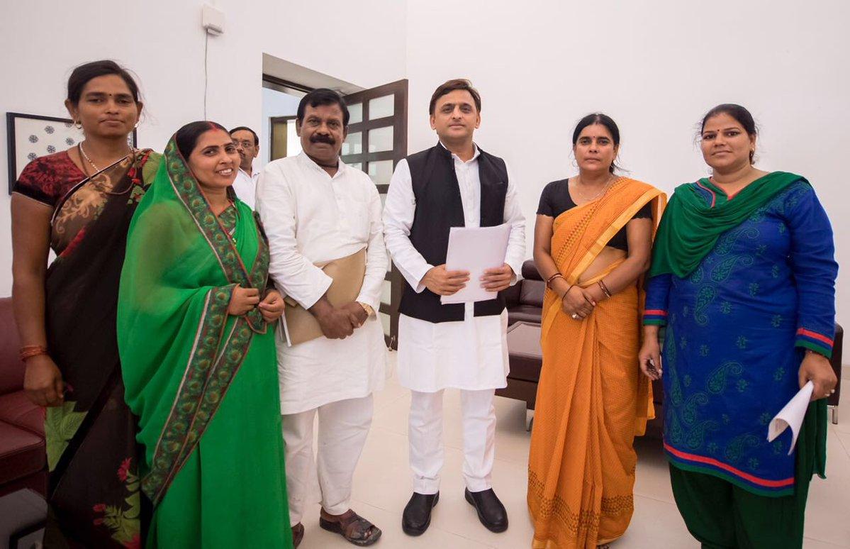 मुख्यमंत्री श्री अखिलेश यादव से 19 सितम्बर, 2016 को उनके सरकारी आवास पर उ0प्र0 आंगनबाड़ी कार्यकत्री एवं सहायिका संघ के प्रतिनिधिमण्डल ने भेंट की।
