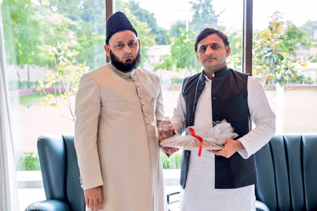 Chief Minister Akhilesh Yadav with Lucknow Eidgah Imam Maulana Khalid Rasheed Firangi Mahali