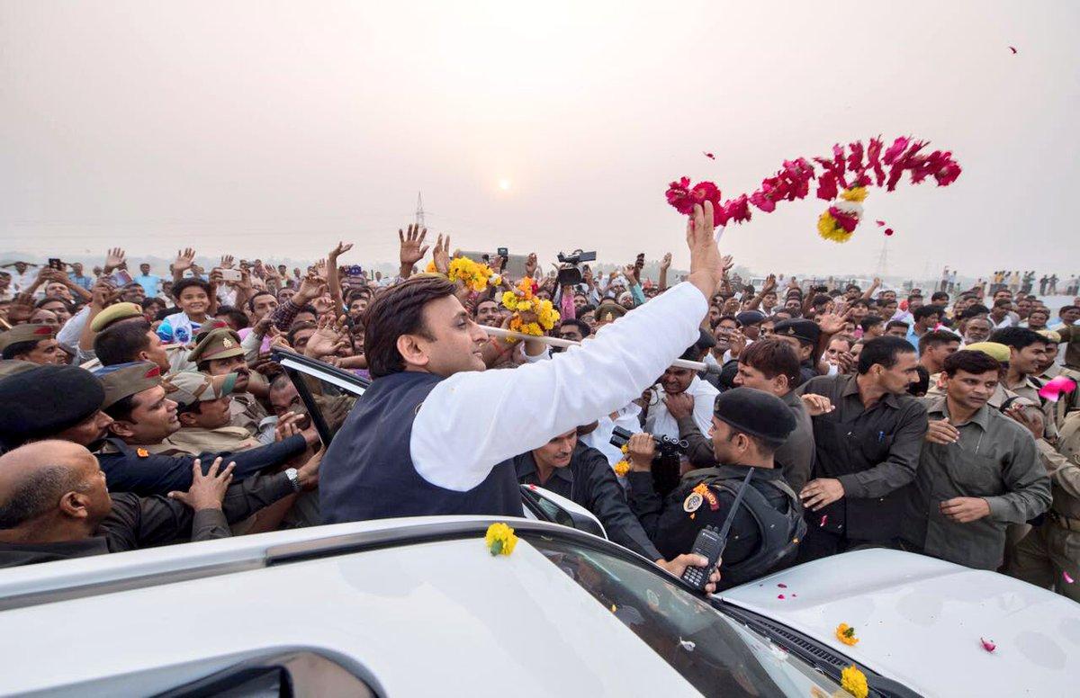 मुख्यमंत्री श्री अखिलेश यादव आगरा-लखनऊ एक्सप्रेस-वे के जरिए लखनऊ से सैफई, इटावा पहुंचे