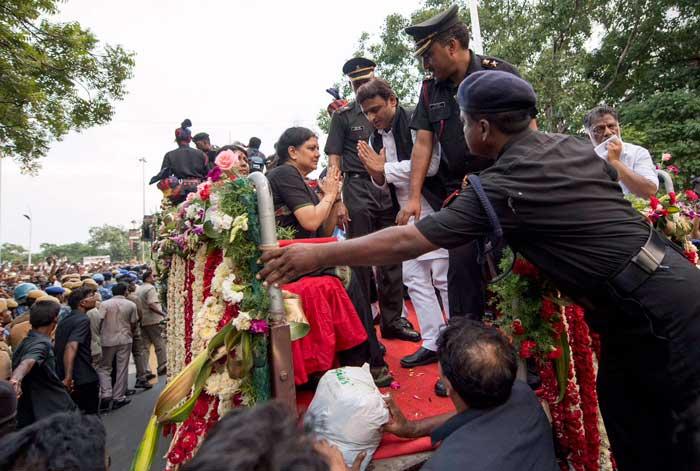 मुख्यमंत्री श्री अखिलेश यादव हुए भावुक, सुश्री जे जयललिता 'अम्मा' के निधन पर जताया शोक