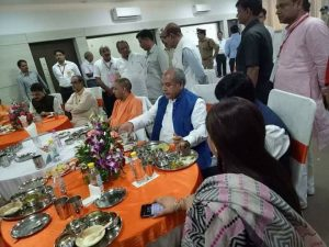 ये तस्वीरें आज इलाहाबाद की हैं ! छप्पन भोग के साथ 65 से ज़्यादा मासूमों की मौत का मातम मानते मुख्यमंत्री आदित्यनाथ और उमा भारती!