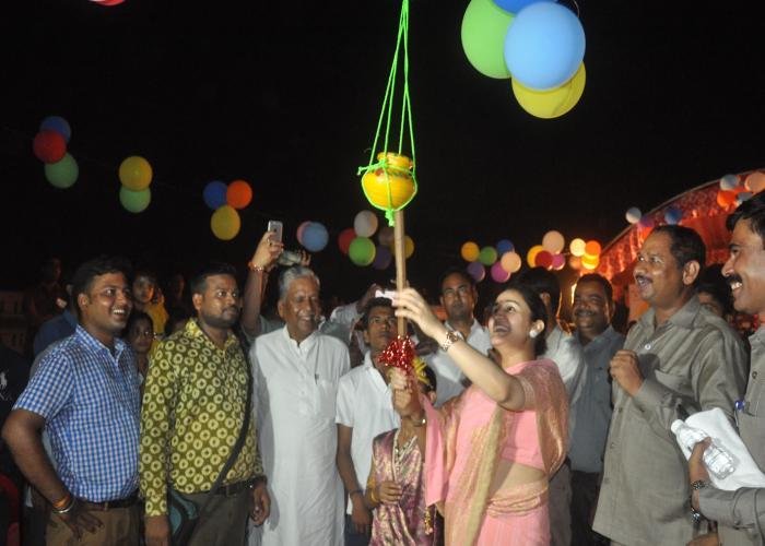 लखनऊ-175- कैण्ट विधान सभा क्षेत्र की प्रत्याशी (समाजवादी पार्टी) समाजसेविका श्रीमती अपर्णा यादव कृष्ण जन्माष्टमी पर फोड़ी मटकी