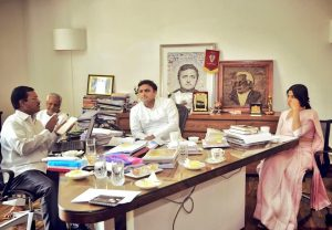 अरुणाचलम् मुरुगनाथम के साथ पूर्व मुख्यमंत्री अखिलेश यादव