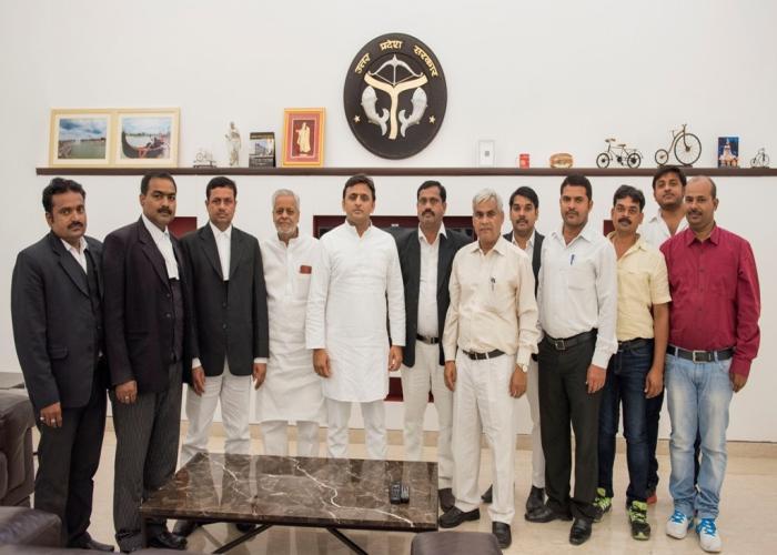 मुख्यमंत्री श्री अखिलेश यादव से 24 सितम्बर, 2015 को उनके सरकारी आवास पर अधिवक्ताओं का एक प्रतिनिधिमण्डल भेंट करते हुए।