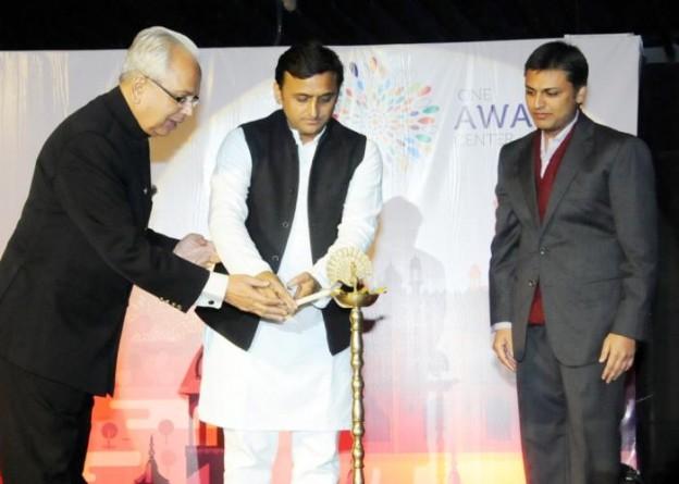 मुख्यमंत्री श्री अखिलेश यादव 19 दिसम्बर, 2015 को गोमती नगर, लखनऊ में 'वन अवध सेण्टर' का दीप प्रज्ज्वलित कर उद्घाटन करते हुए।
